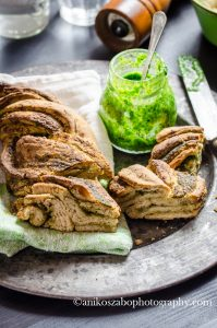 Treccia di pane integrale al pesto