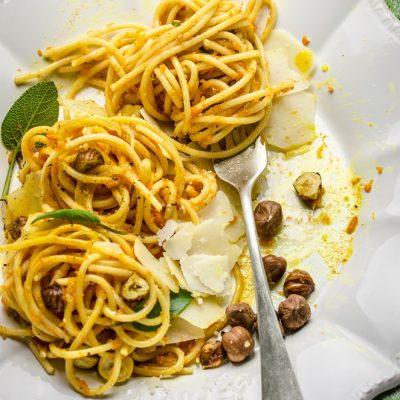 Spaghetti alla zucca, curcuma e nocciole tostate