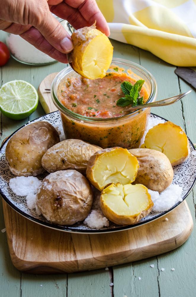 Patate arrostite nel sale con salsa di mojito rosso