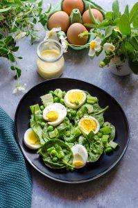 Insalata di baby spinaci, sedano e piselli con dressing di uova