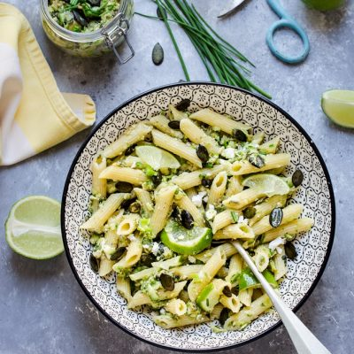 Penne al pesto di zucchine con feta e lime