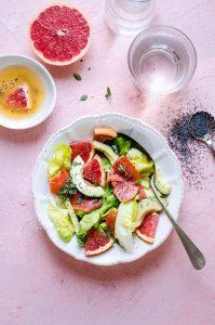 Insalata di avocado e salmone con dressing di agrumi