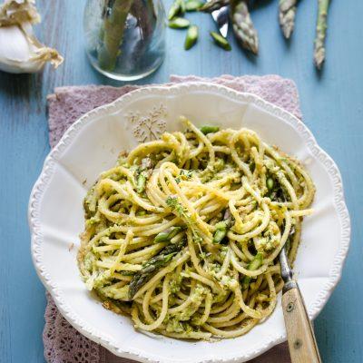 Spaghetti con pesto di asparagi