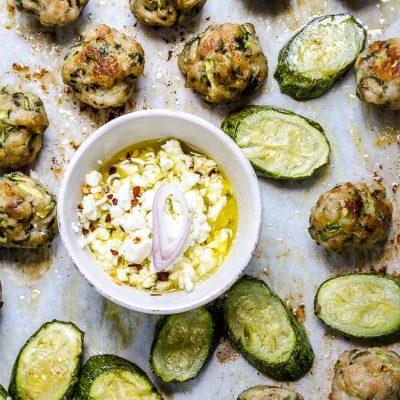 Polpette di pollo e zucchine con salsa di feta
