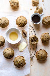 Muffins al caffè e cannella con burro e miele