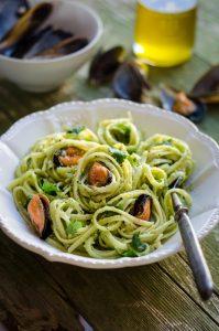 Linguine al pesto di  broccoli e mandorle con cozze