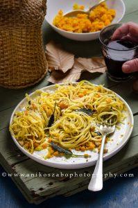 Spaghettini con ragù di zucca e noci con chips di salvia