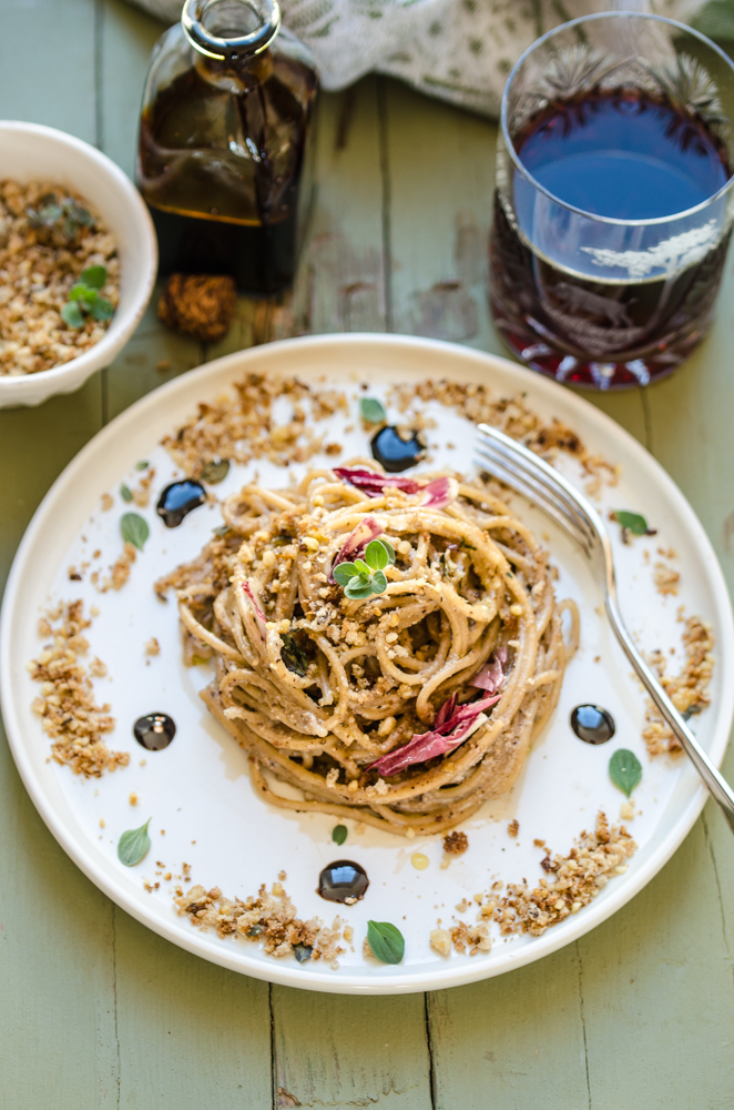 Spaghetti integrali al pesto di radicchio e noci con  sciroppo di aceto balsamico