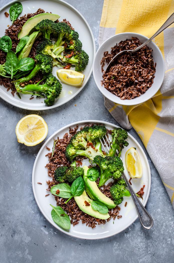 Insalata calda di broccoli con riso rosso integrale