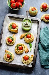 Tartine di pasta sfoglia con pomodorini e pesto