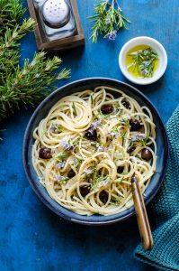 Spaghetti alla crema di cipolla, olive e rosmarino